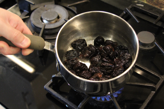 Heating prunes in a saucepan
