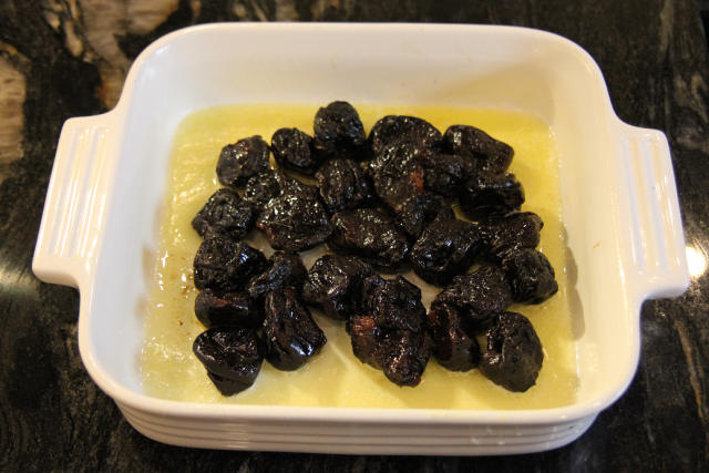 Arranging prunes in the baking dish