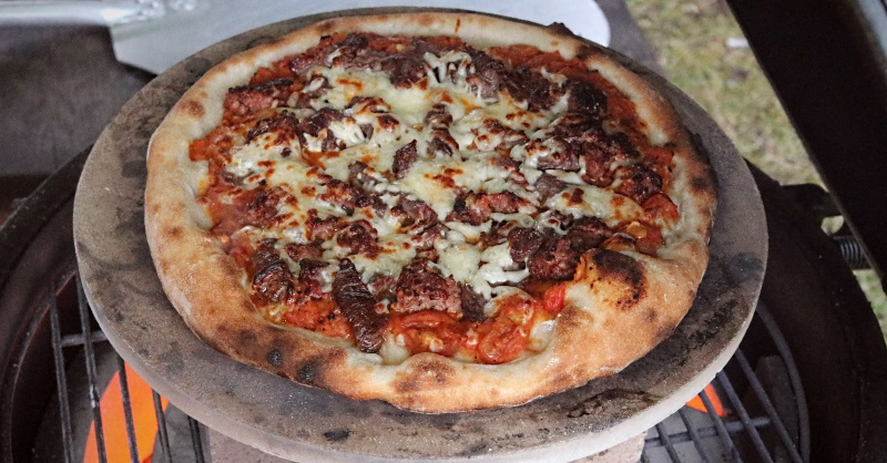 Cooking a pizza using a Big Green Egg
