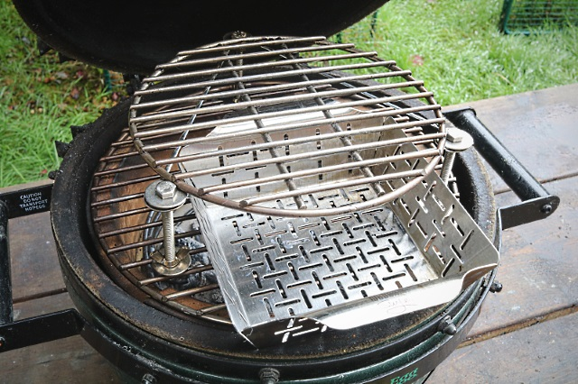 The raised grid in the Minimax with a cooking basket underneath