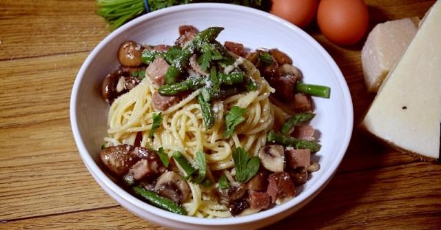 Smoked ham and mushroom carbonara with asparagus