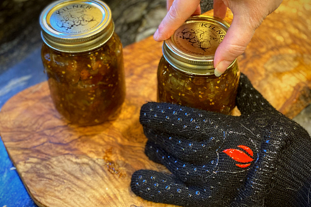 Sealing jars with heat-resistant gloves